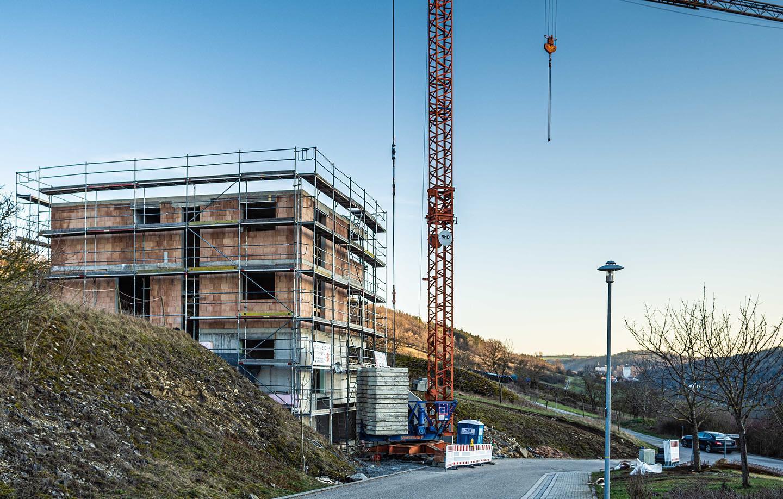 Mitten im Vorbachtal entsteht derzeit unser Projekt H2. Durch die exponierte Lage am Hang reicht der  Blick über das gesamte Tal bis hin zum Schloss Haltenbergstetten. Die Architektur nimmt sich daher zurück und ist betont puristisch gehalten.